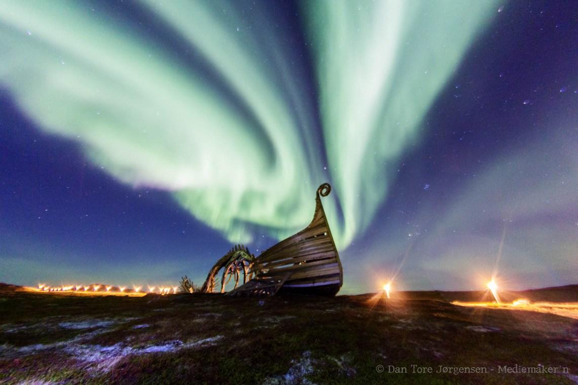 DRAKKAR: Noen ganger blir nordlyset direkte overveldende, som her da himmelen eksploderte i et vidunderlig lysshow over Drakkar.