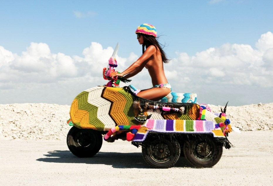 magda-sayeg-yarn-knit-5-wheel-vespa-scooter-ivespa