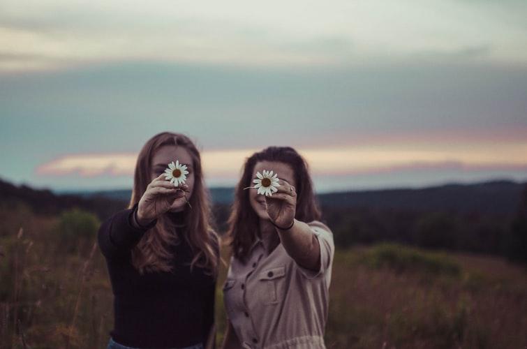 ragazze con margherite in mano