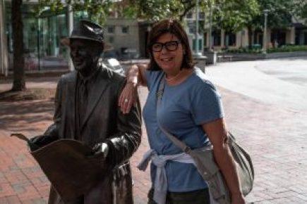 io e la statua di Jonny Mercer autore della famosa Moon River