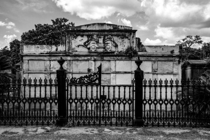 una delle vecchie tombe al Lafayette Cemetery di New Orleans