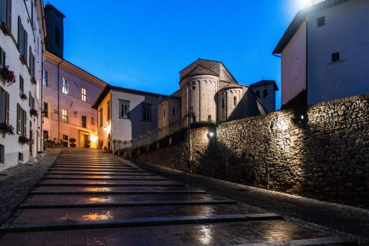 Spoleto Piazza del Duomo vista dal portico della Chiesa