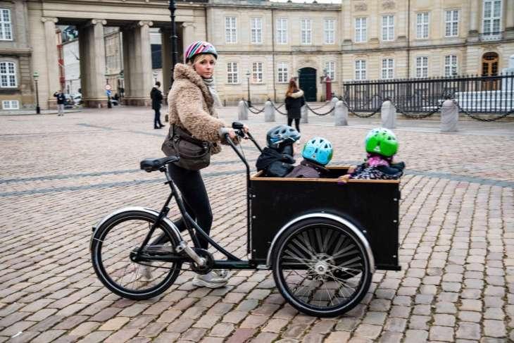 Copenaghen mezzo di trasporto comune è la bicicletta anche per chi ha molti bambini