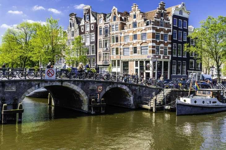 Le case lungo i canali di Amsterdam pendono in avanti. Erano costruite così per poter issare le merci all'ultimo piano.