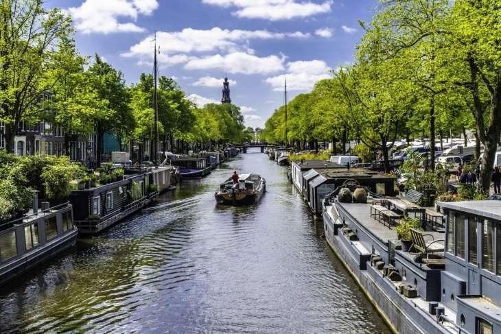 Nei canali di Amsterdam sono ormeggiate più di 3000 houseboats regolarmente censite