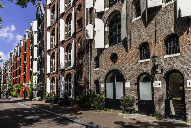 le imposte colorate degli ex magazzini lungo i canali di Amsterdam