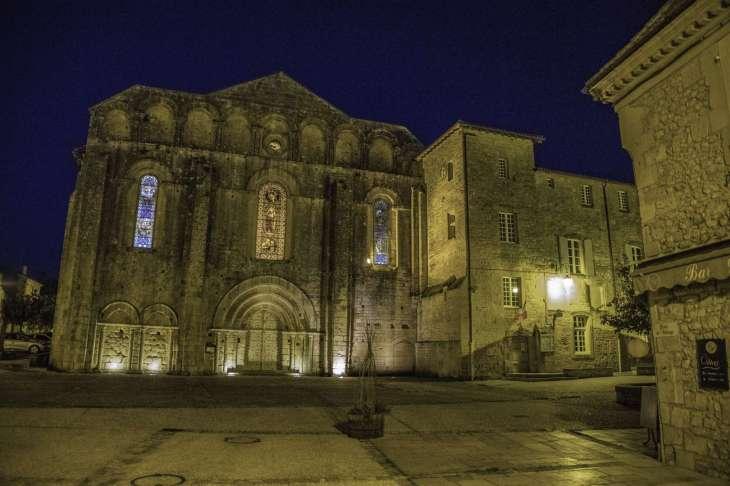 l'abbazia cistercense di Caduin alla luce fioca dei lampioni