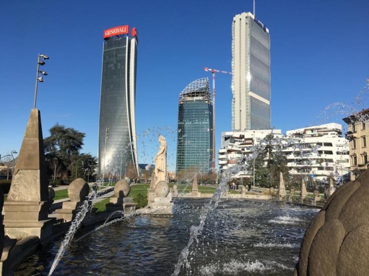 i grattacieli di Citylife visti dalla fontana di Piazza Giulio Cesare che era all'ingresso della Fiera Campionaria