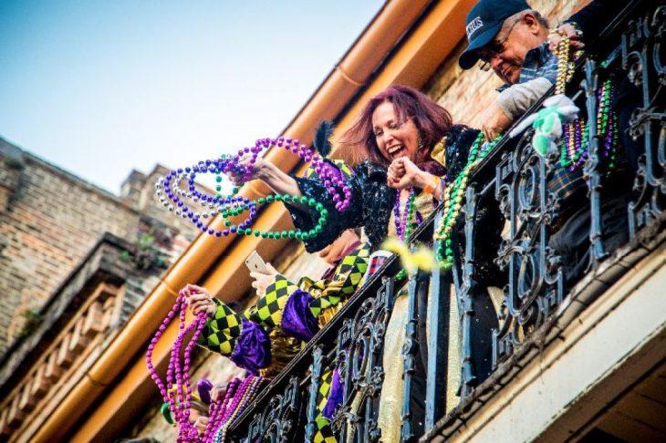 lanci di collanine dai blalconi durante le parate del Mardi Gras
