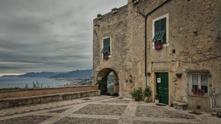 Liguria: Levante o Ponente?       dieci motivi per scegliere l'una o l'altra riviera
