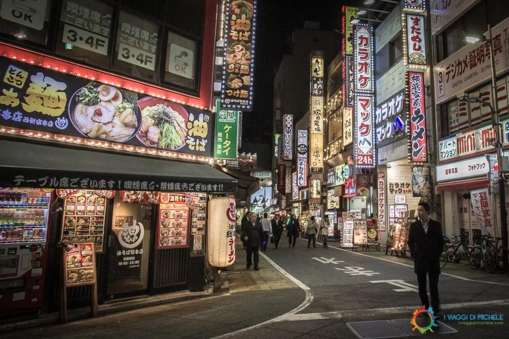 Un Edochiano nel terzo inferiore destro, immerso nelle luci notturne di Tokyo - Fotografia di Viaggio