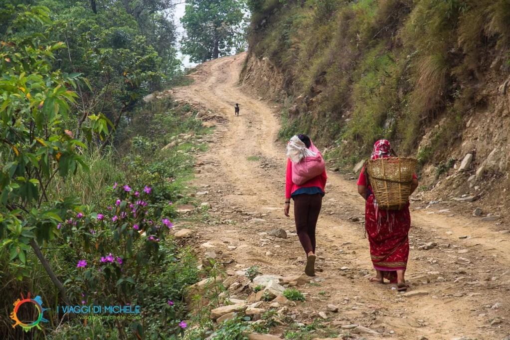 Due donne con grandi presi sulle spalle