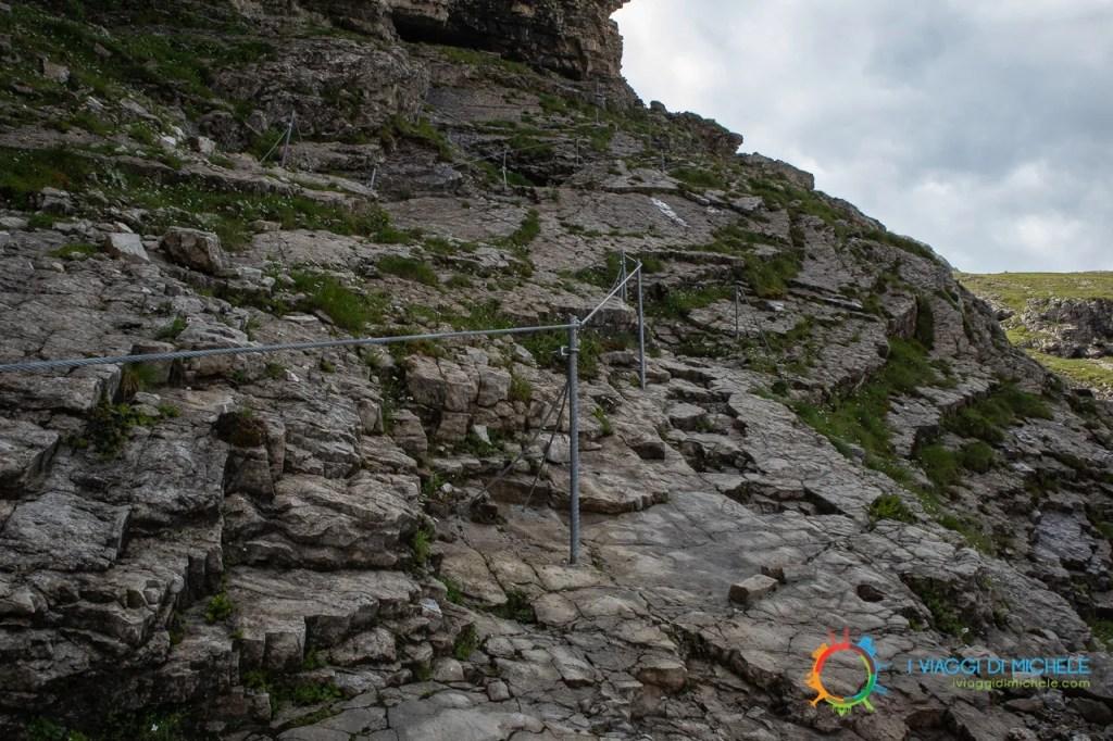 Corrimano in acciaio, sentiero 713 - Trekking al rifugio Velo della Madonna
