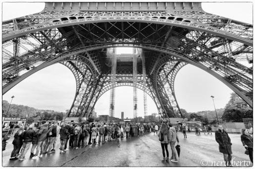 Torre Eiffel dal basso foto artistica