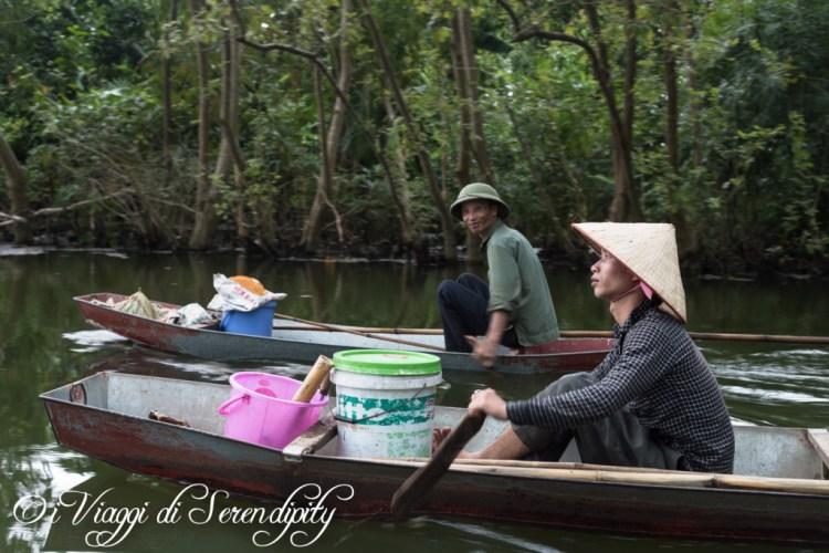 Pescatori lungo Pagoda dei Profumi