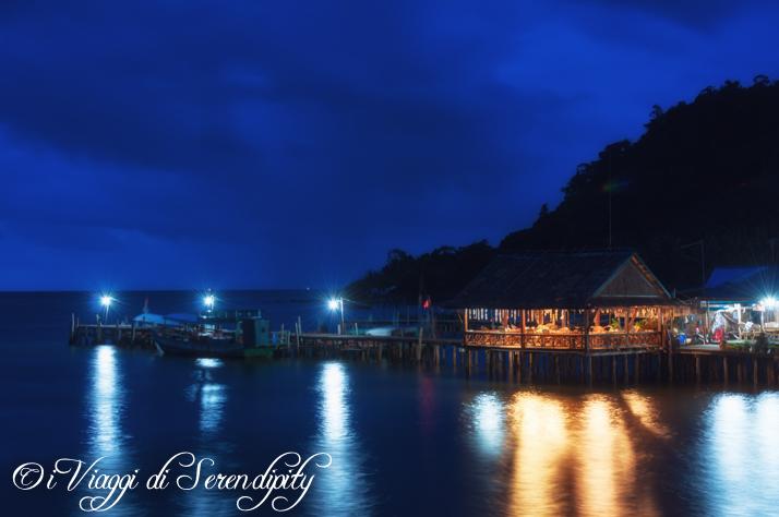 Isola di Koh Rong sulla spiaggia di sera