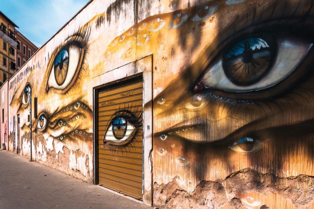 street art sul muro del nuovo regina elena a trastevere
