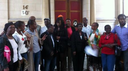 Les patriotes ivoiriens autour de Dame Assita, le 18 septembre 2012, au Tribunal de Grande instance de Paris.