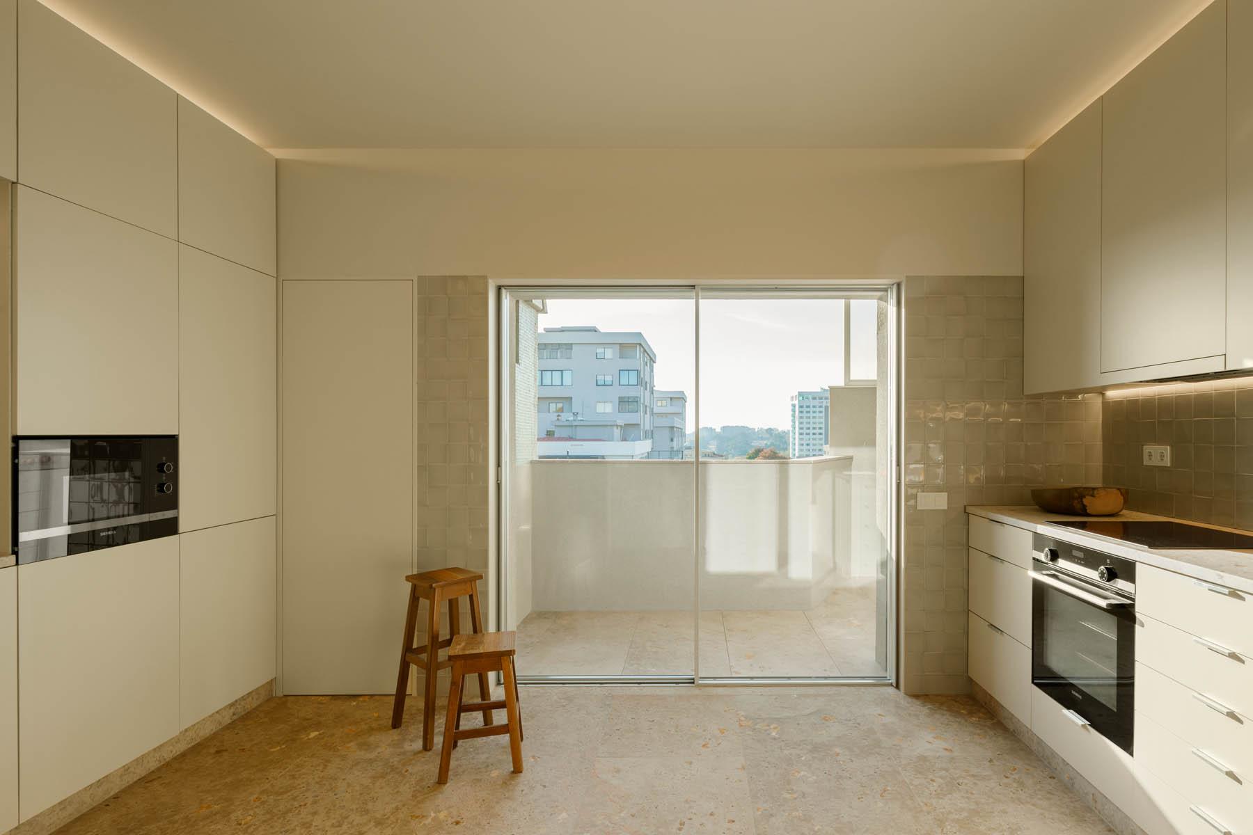 Apartamento no Porto do Atelier Costa Lima Arquitectos e com fot