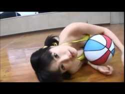 谷澤恵里香 黄色いビキニでおっぱいにバスケットのボールを挟む