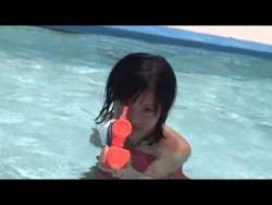 小島瑠璃子 赤い水着でプールで遊ぶ