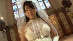 篠崎愛 結婚式でウェディングドレス脱いで白ビキニに