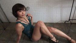 安枝瞳 シャワー室でセクシーポーズ
