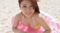 大澤玲美 ビーチで浮き輪で遊ぶ
