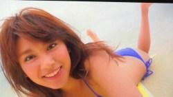 久松郁実 青いビキニで砂浜でまったり