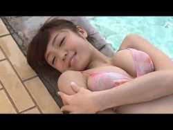 中村静香 プールでビキニのおっぱい揺らしながらはしゃぐ
