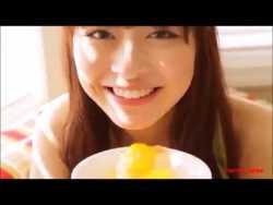 内田理央 セクシーにフルーツを食べる