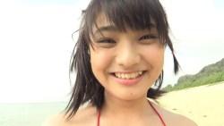 片岡沙耶 赤いビキニでビーチを走り回る