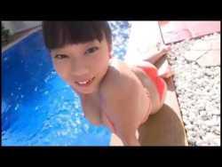 青山ひかる 小さめビキニでプール