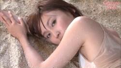 吉木りさ 砂浜で身体を濡らしてエロい身体のラインを見せる