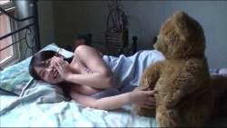 篠崎愛 ベッドでごろごろしながらグラビア撮影