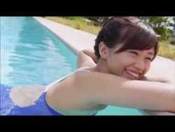 安枝瞳 プールで競泳水着 むっちりボディアピール