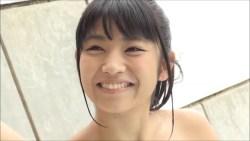 永井里菜 ビキニで笑顔で飴をペロペロ