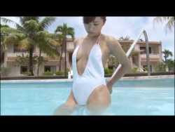 安枝瞳 白いセクシーワンピース水着でプール