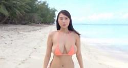 高梨れい Hカップの超爆乳揺らしながらビーチを走る