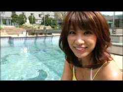 久松郁実 プールで元気よく遊ぶ