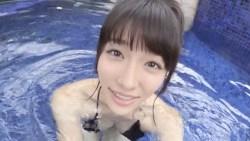 今野杏南 エロ水着着た彼女とプールで遊ぶ