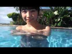 永井里菜 むっちりボディコンのまま日焼け止めクリーム塗ってプールで泳ぐ