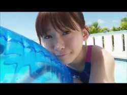 金子理江 ロリータ美少女が競泳水着でプールで泳いだり