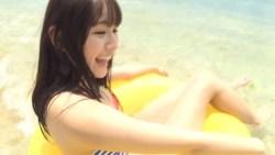 浅川梨奈 海で浮き輪を使って元気よく遊ぶ