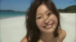 小野真弓 白ビキニで元気な笑顔見せながら海ではしゃぐ