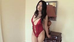 川村ゆきえ 赤い胸元大きく開いたエロい水着姿でセクシーに迫ってくる