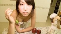 久松郁実 白コルセットにフリフリスカート姿で超絶美少女が台所をお掃除