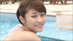 原幹恵 美人なお姉さんが胸元大きく開いたセクシーな水着でプールでくつろぐ