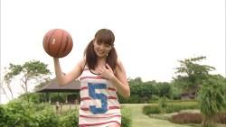 篠崎愛 美少女がツインテールでおっぱい揺らしながらランニングしたりバスケの練習