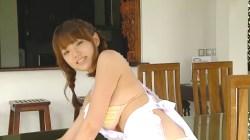 篠崎愛 三つ編みでビキニにエプロン姿で巨乳揺らしながらお店をお掃除